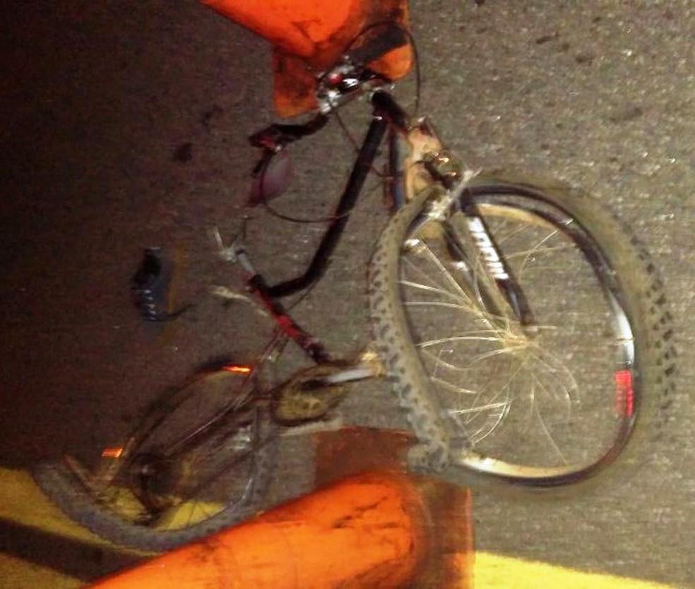 Acidente envolveu carro, van e ciclista na BR-040 em Barbacena (Foto: Corpo de Bombeiros/Divulgação)