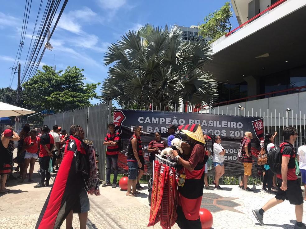 Fila é grande na sede do Flamengo na Gávea — Foto: Raísa Pires/G1