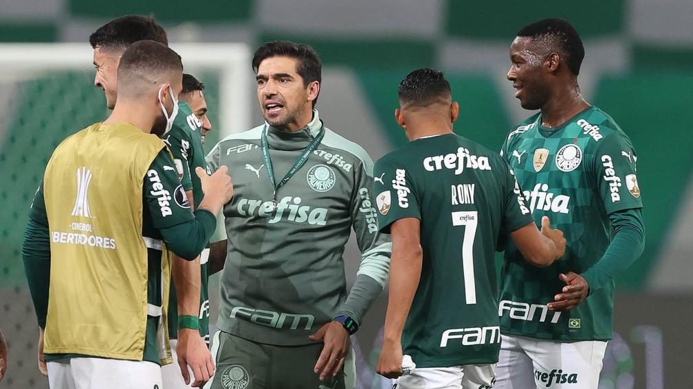 Abel com o elenco do Palmeiras após a classificação contra o São Paulo — Foto: Cesar Greco / Ag. Palmeiras
