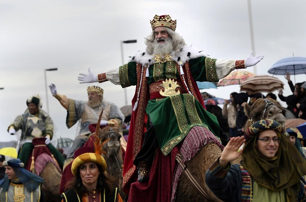 5 de janeiro - Um homem vestido como um dos 'Três Reis' cumprimenta pessoas durante a parada Epiphany, em Gijon, na Espanha (Foto: Eloy Alonso/Reuters)