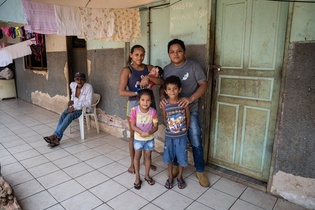 Eric ao lado da esposa e seus três filhos — Foto: Fábio Tito/G1