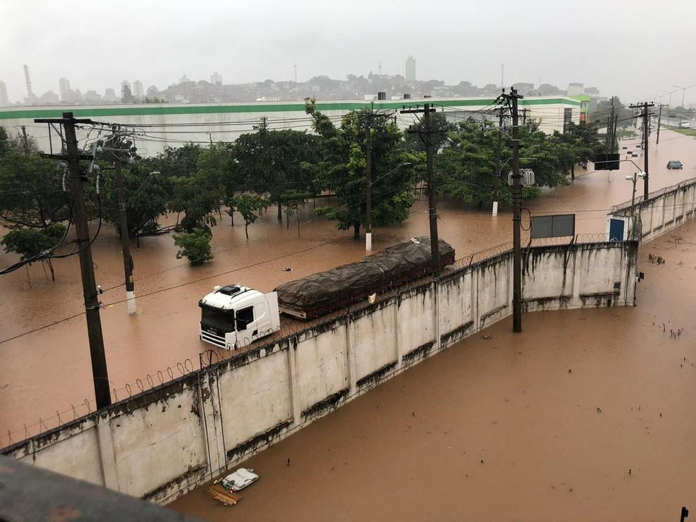 Veículos que tentaram cruzar trechos alagados ficaram parados pelo caminho — Foto: Rafael Ihara/TV Globo