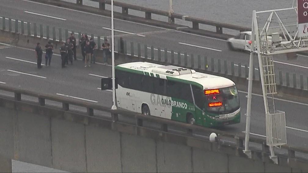 Policiais negociam com homem que mantém reféns em ônibus na Ponte Rio-Niterói — Foto: Reprodução/ TV Globo