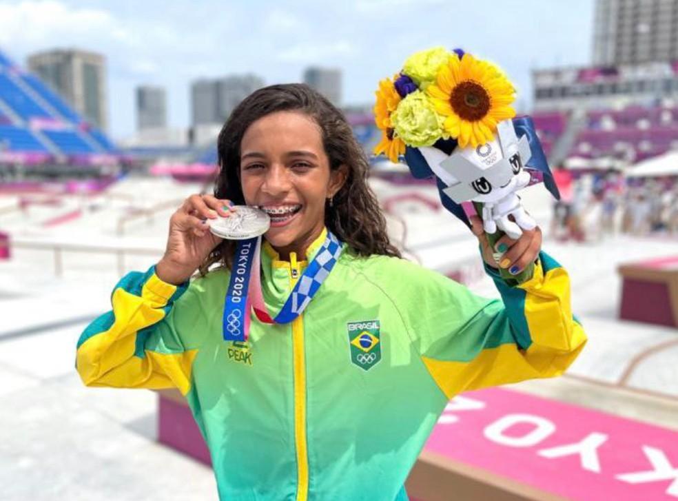 Rayssa Leal comemora medalha de prata no skate — Foto: Time Brasil