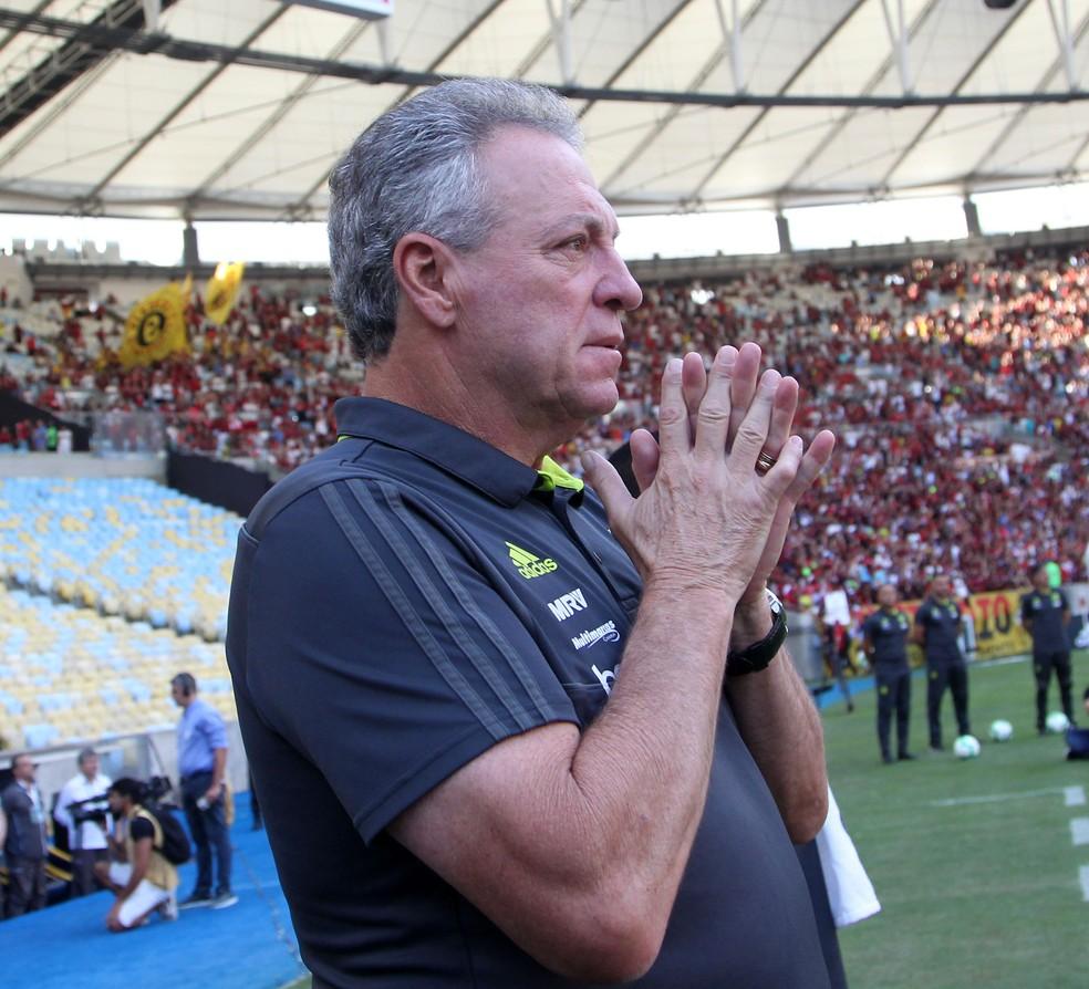 Abel Braga na partida contra o Athletico-PR, domingo, no Maracanã: forte pressão — Foto: André Durão / GloboEsporte.com