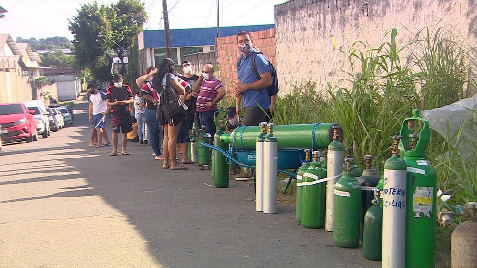 Sem oxigênio nos hospitais, parentes e amigos de pessoas internadas ficam em fila para comprar oxigênio em Manaus, no estado do Amazonas. — Foto: Rede Amazônica
