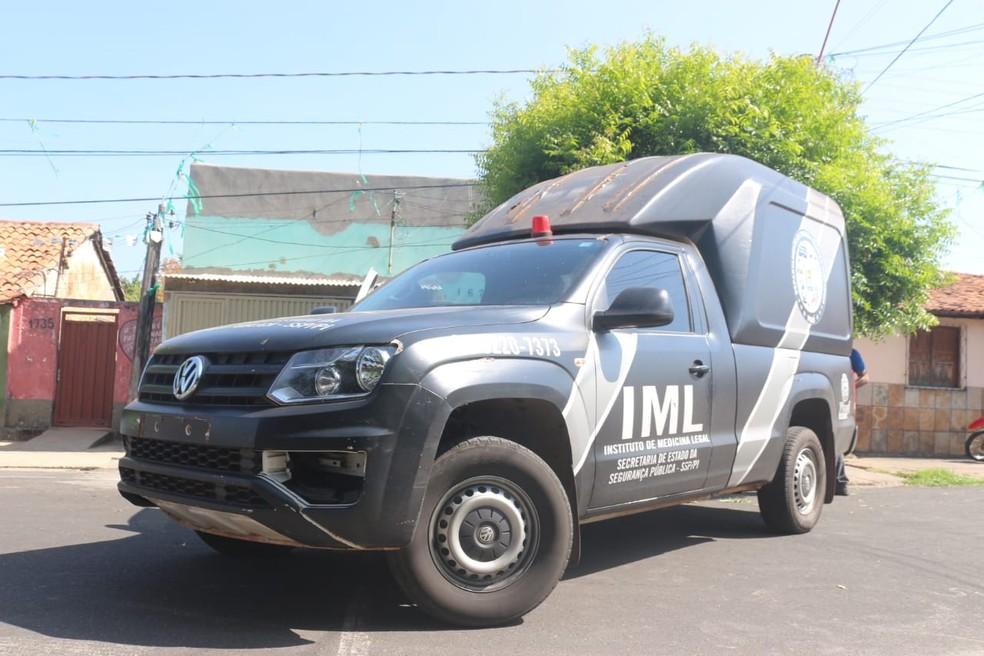 Viatura do Instituto Médico Legal (IML) do Piauí — Foto: Andrê Nascimento/ G1 PI