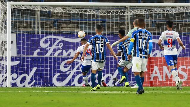 Pinares completa para o gol após chapéu em Vanderlei