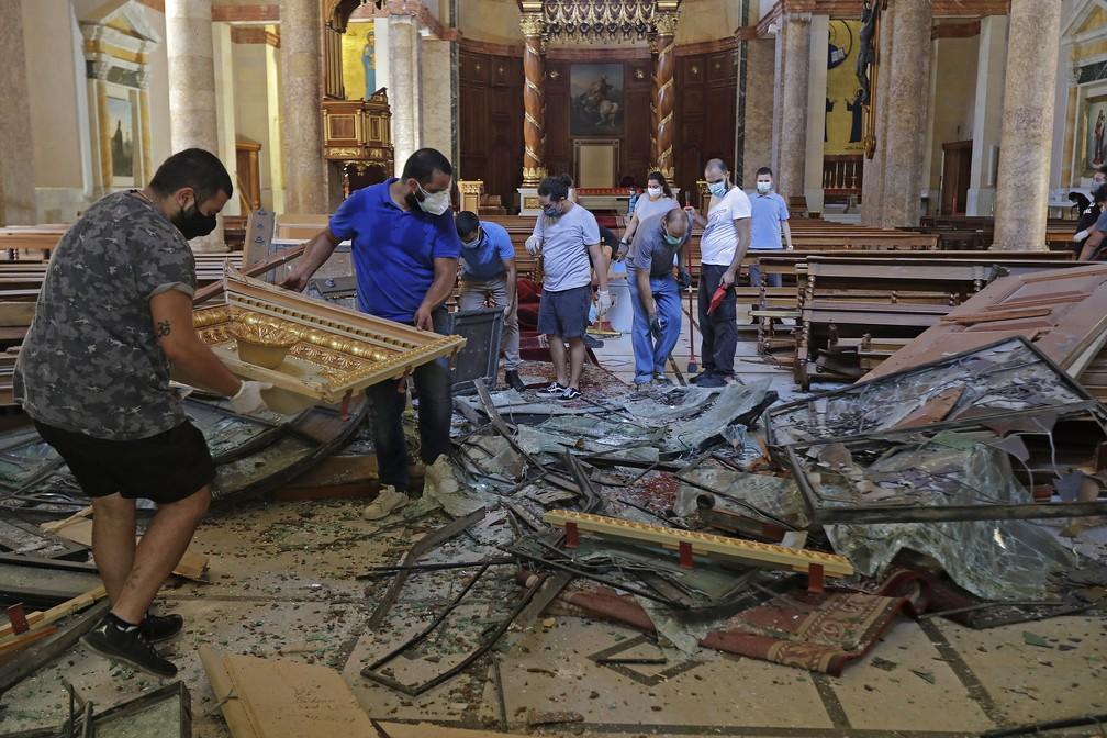 5 de agosto - Destruição dentro da Igreja Saint George Maronite após explosão atingir o porto de Beirute, Líbano — Foto: Joseph Eid/AFP