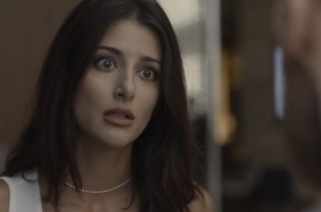 Anaju Dorigon é Camila em 'Órfãos da terra' (Foto: Reprodução)