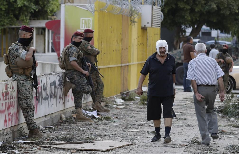 5 de agosto - Homem ferido caminha na rua após enorme explosão em Beirute, no Líbano — Foto: Hassan Ammar/AP
