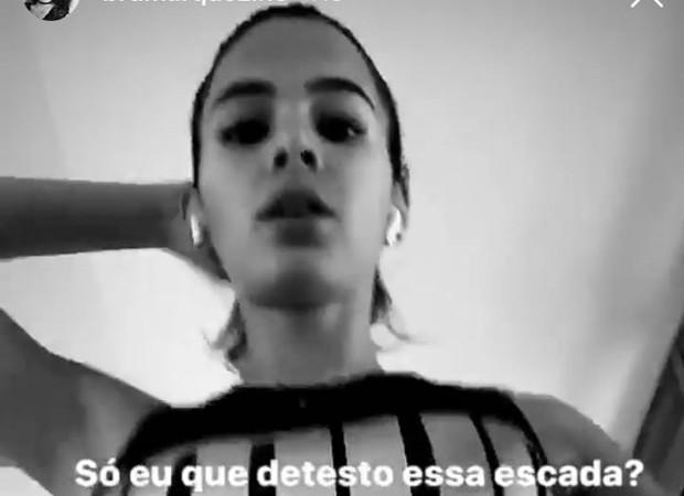 Bruna Marquezine: sofrimento na escada (Foto: Reprodução Instagram)