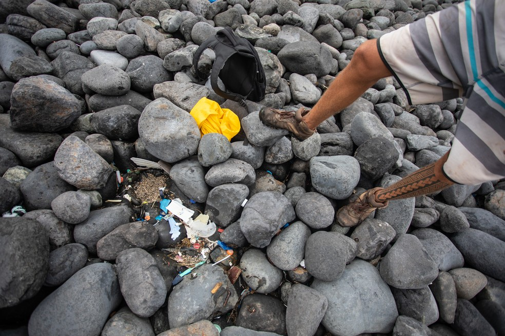 Pedras na praia do Atalaia, em Fernando de Noronha, escondem lixo que vem do mar. — Foto: Fábio Tito/G1