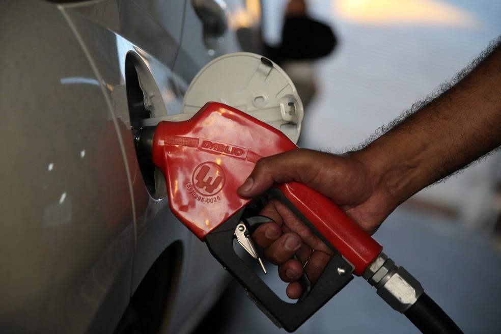 Gasolina ficou 0,76% mais cara em outubro, segundo o IBGE — Foto: Thiago Gadelha/SVM