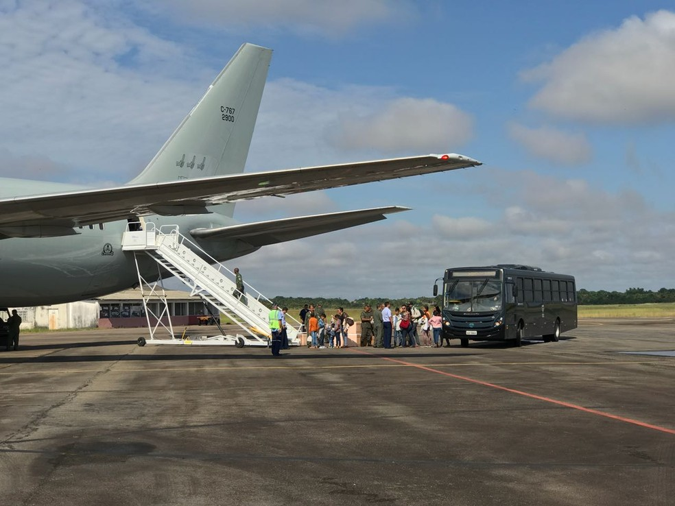 Venezuelanos embarcam em avião da FAB rumo a outros três estados no 7º voo de interiorização (Foto: Alan Chaves / G1 RR)