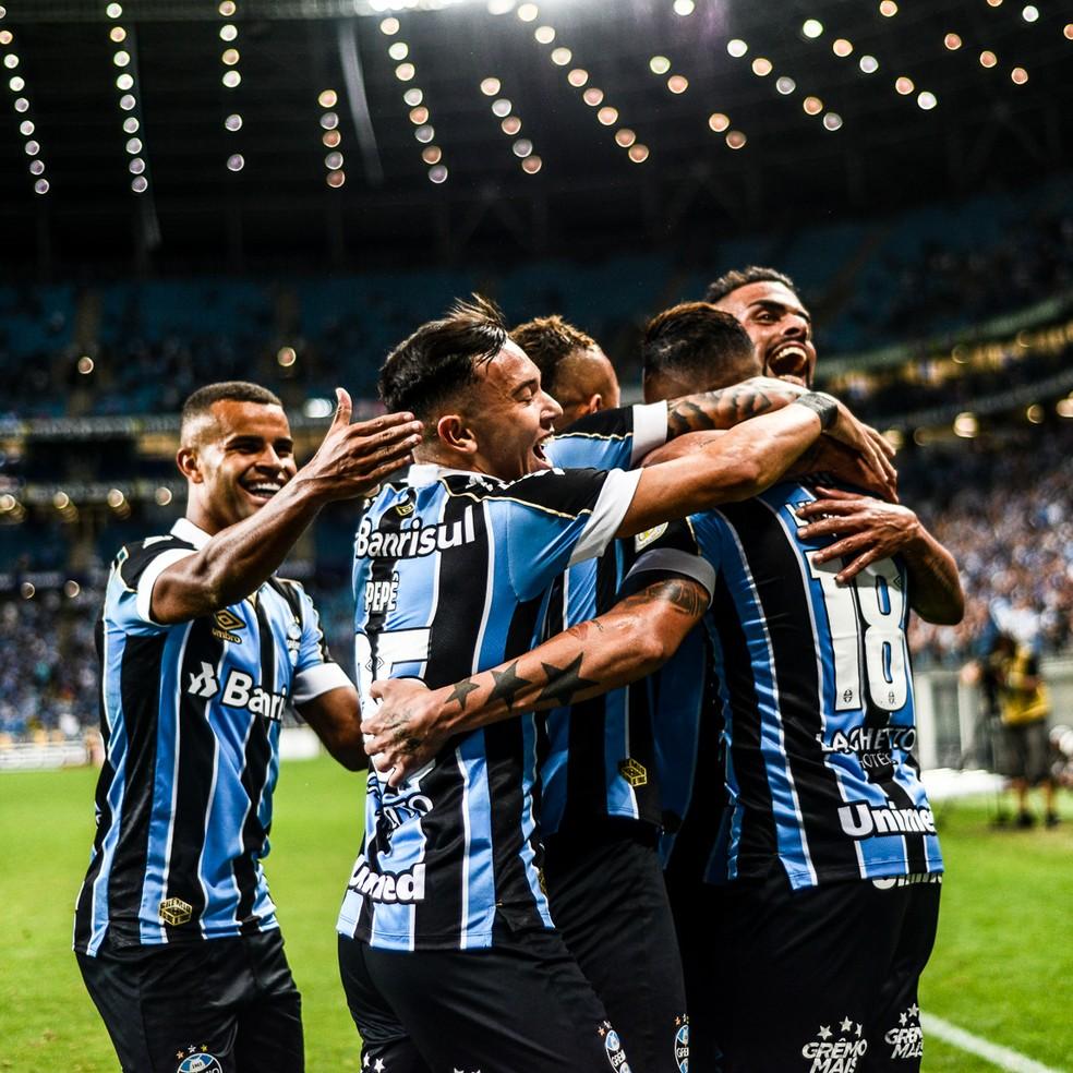 Jogadores do Grêmio comemoram gol na vitória sobre o São Paulo, Arena, Brasileirão — Foto: Vinícius Costa/BP Filmes
