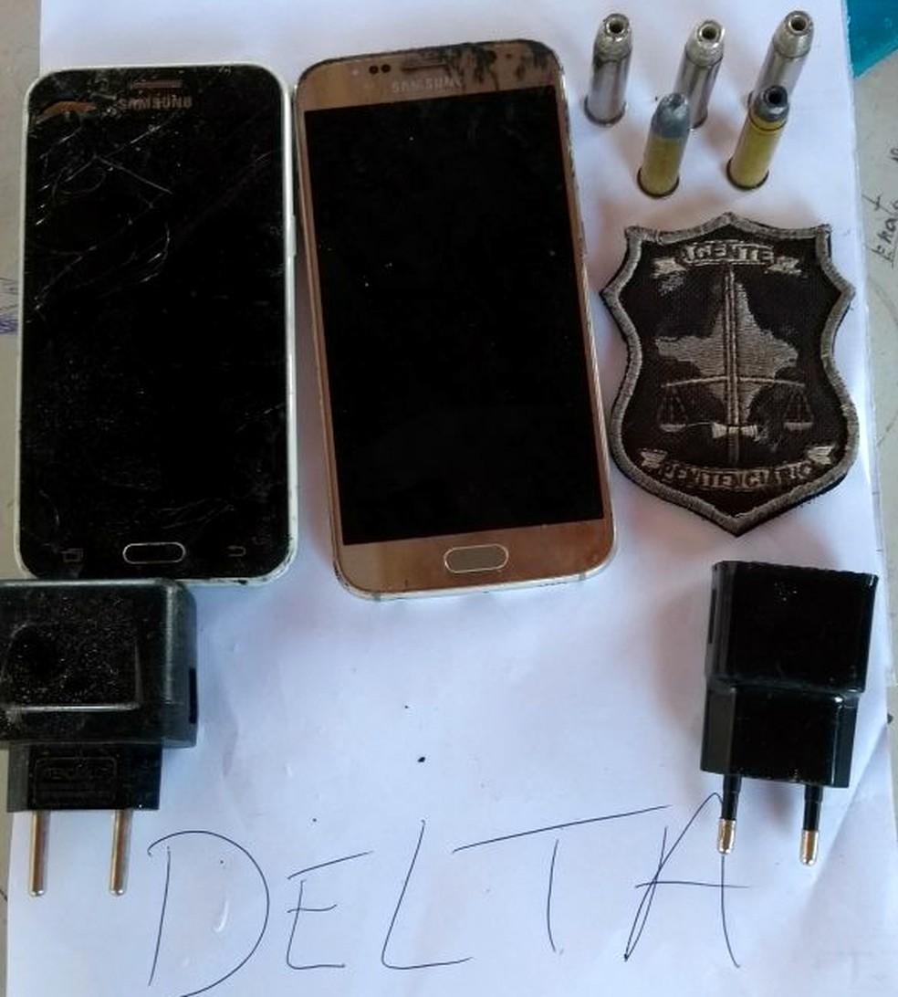 Telefones, munições de revólver calibre 38 e carregadores foram apreendidos na cela revistada (Foto: GTP/Divulgação)