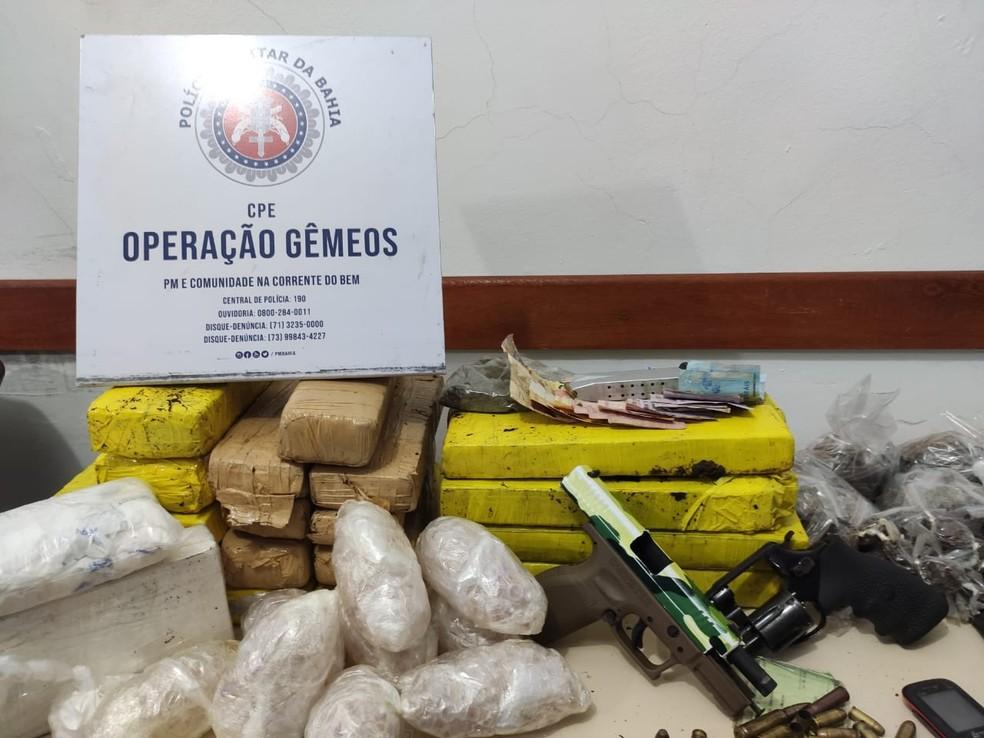Drogas, armas e munições foram apreendidas no bairro de São Gonçalo do Retiro, em Salvador — Foto: Divulgação/Polícia Militar