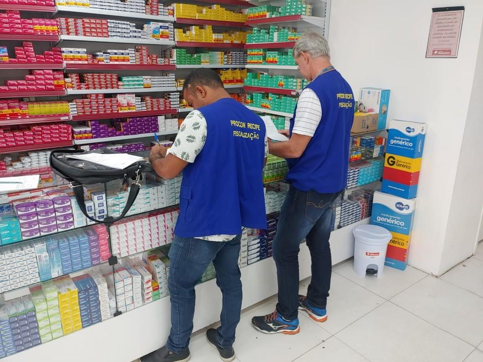 Fiscais do Procon do Recife estão verificando denúncias contra farmácias que reajustaram preços de máscaras e de álcool em gel  — Foto: Procon do Recife/Divulgação