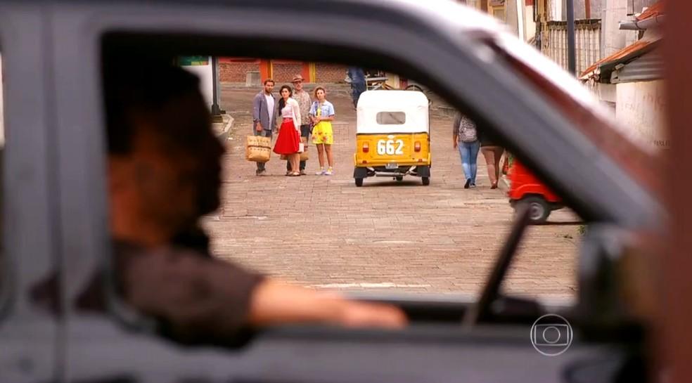 Cassiano (Henri Castelli), Duque (Jean Pierre Noher), Amaralina (Sthefany Brito) e Cristal (Moro Anghileri) encontram os capangas de Dom Rafael (Cesar Troncoso) perto do La Noche - 'Flor do Caribe  — Foto: Globo