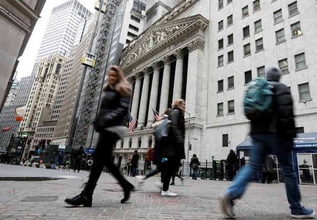 Pedestres caminham em frente à Bolsa de Valores de Nova York, em Wall Street, Nova York  (Foto: Brendan McDermid/Reuters)
