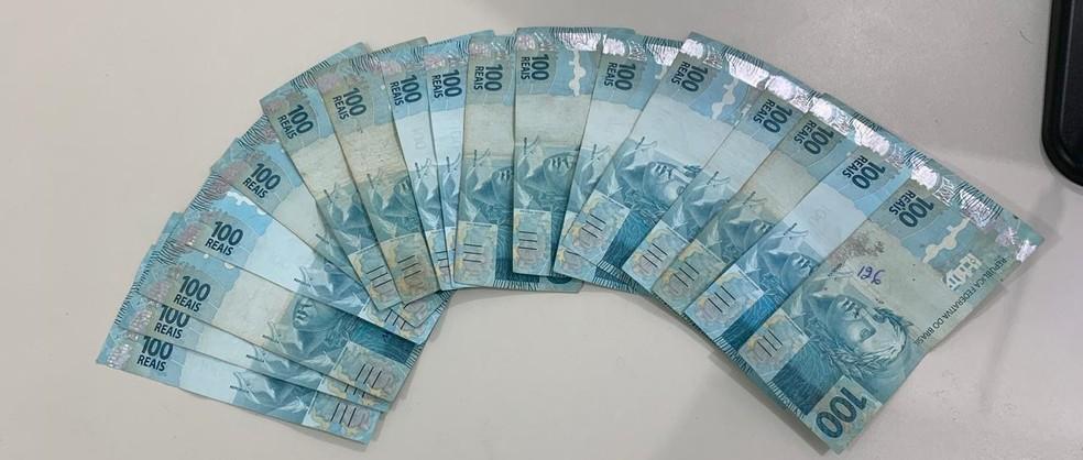 Uma quantia em dinheiro foi apreendida com a dupla — Foto: Polícia Civil/ Divulgação