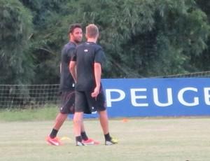 Observados por vice de futebol, Alex Silva e Ibson treinam com grupo