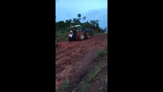 Vídeo mostra trator e patrola tentando tirar ônibus de atoleiro em rodovia do Tocantins