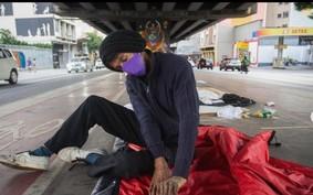 """Estilista cria """"casulo"""" para moradores de rua e emprega costureiras"""