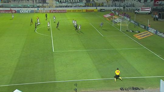 Marcondele arrisca da entrada da área e assusta o goleiro do Vila, aos 36' do 1ºT