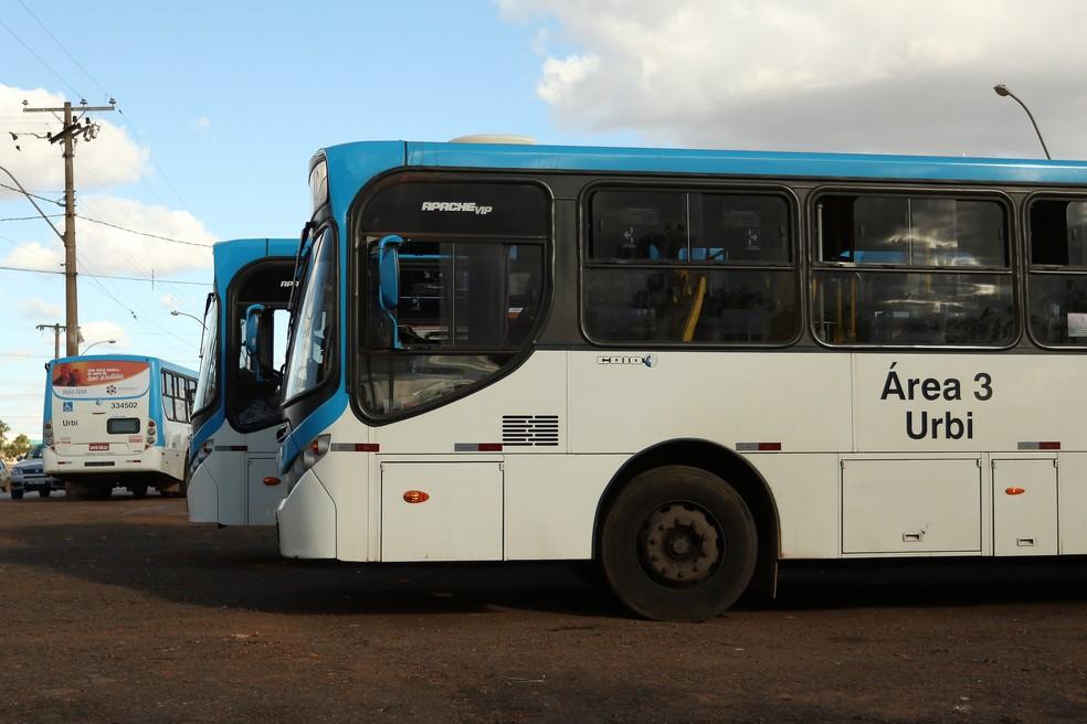 Ônibus da Urbi estacionados em Samambaia, no DF — Foto: Andre Borges/Agência Brasília