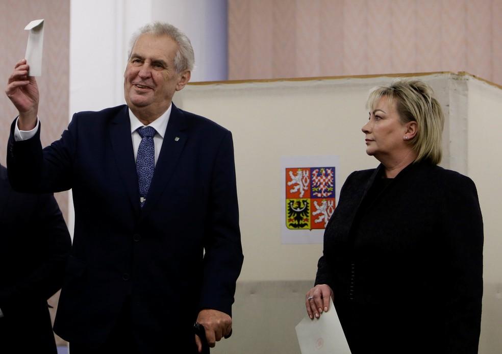 -  O presidente tcheco Milos Zemam e sua esposa Ivana participam das eleições presidenciais neste sábado  13 , em Praga, na República Tcheca  Foto: Davi
