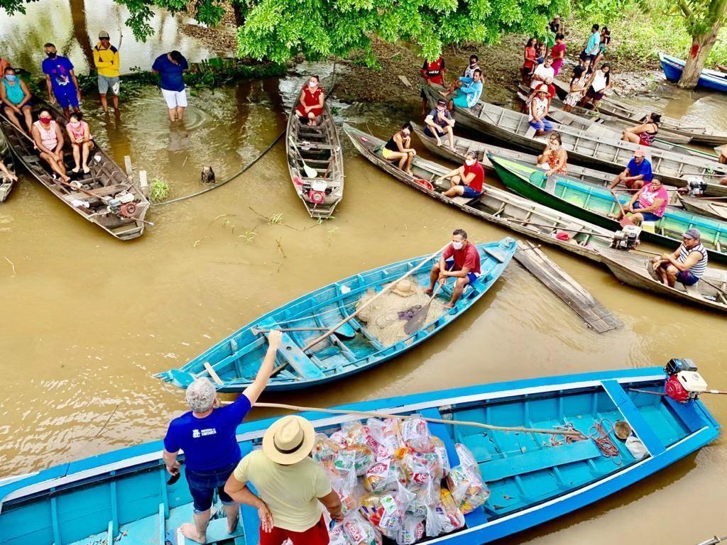 Famílias impactadas pela cheia do rio Amazonas em Santarém recebem kits de alimentação