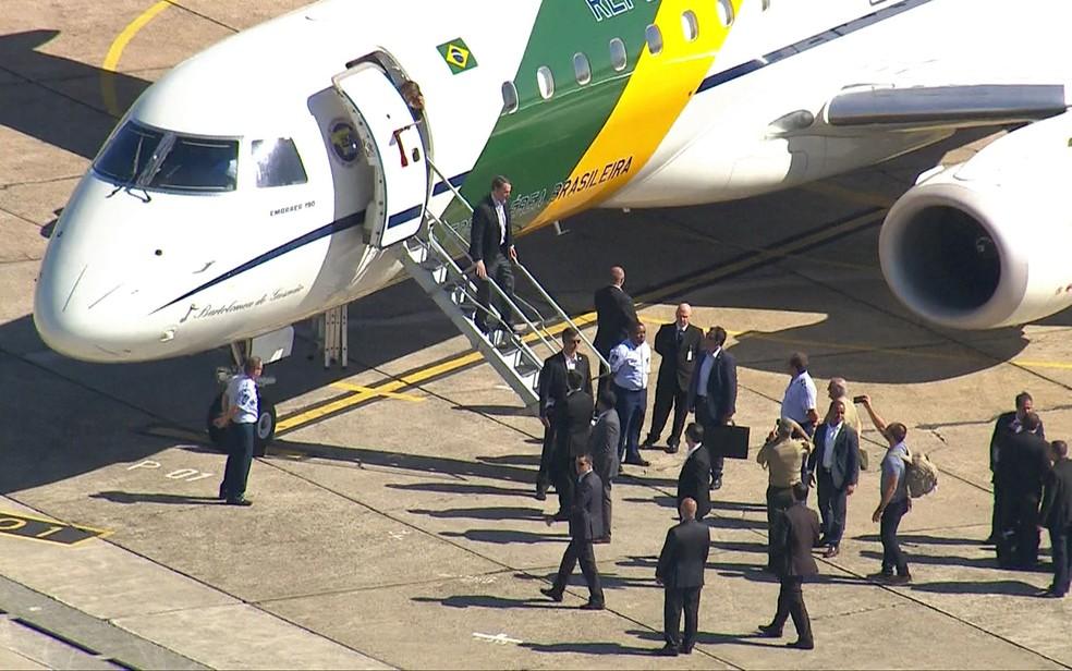 Bolsonaro desembarca no Aeroporto de Congonhas, em São Paulo, para ser internado e realizar cirurgia de retirada de bolsa de colostomia — Foto: Reprodução/TV Globo