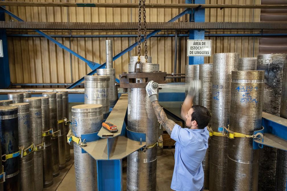 Cilindros de nióbio em seu estado mais puro, empregado em aplicações de tecnologia de ponta, incluindo turbinas de avião e aparelhos de ressonância magnética — Foto: Fábio Tito/G1