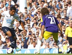 Paulinho Tottenham e Swansea City (Foto: Agência Reuters)