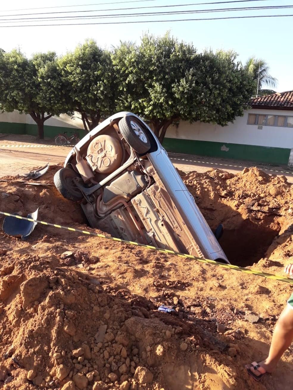 Motorista caiu com o carro em buraco em Cáceres; ele não ficou ferido (Foto: Edilson Gomes de Souza/Arquivo pessoal)