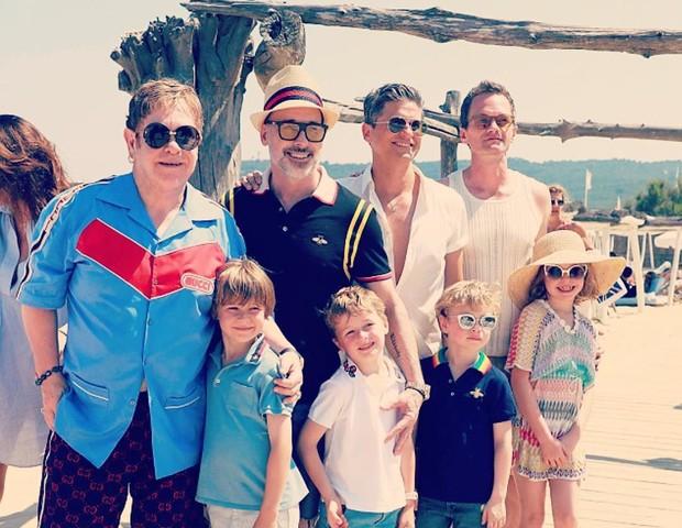 Elton John, David Furnish, os filhos e os amigos (Foto: Reprodução/Instagram)
