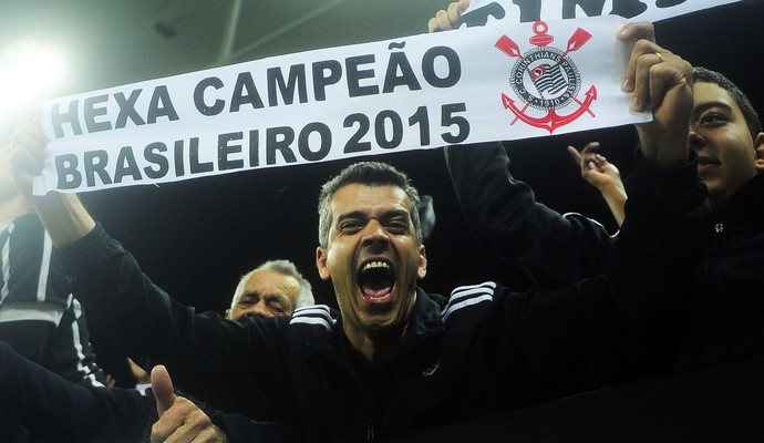 Torcedor do Corinthians comemora com faixa de hexacampeão (Foto: Marcos Ribolli)