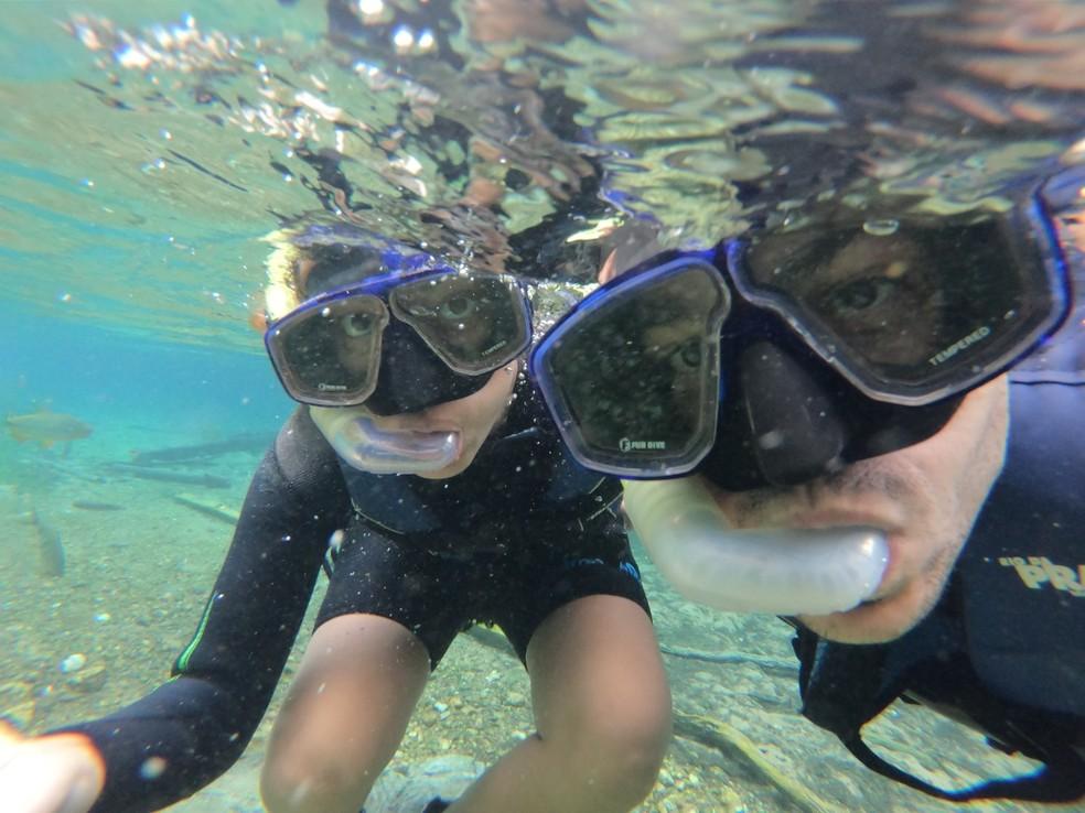 Casal faz mergulhos nas águas cristalinas do rio Formoso, em Bonito (MS). — Foto: Iana Matos/Arquivo pessoal