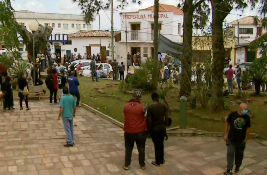 Manifestação reúne pessoas contra e a favor da liberação de turistas em São Tomé das Letras
