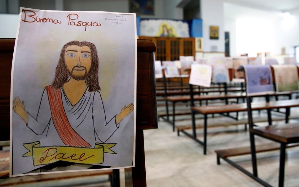 Igreja em Catania, na Itália, espalhou desenhos de crianças em igreja durante celebração de missa sem fiéis — Foto: Reuters/Antonio Parrinello