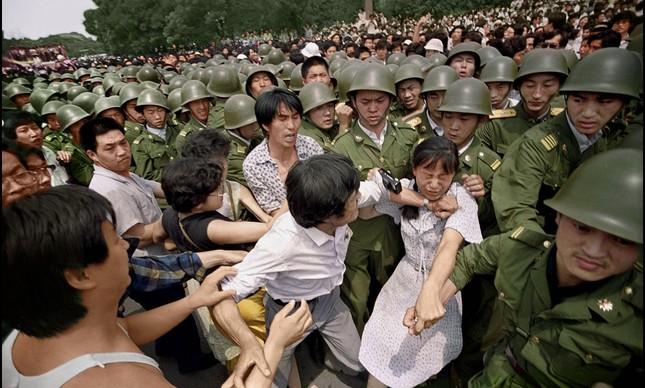 Militares começam a entrar em conflito com manifestantes, durante o Massacre da Praça da Paz Celestial, na China, em 1989