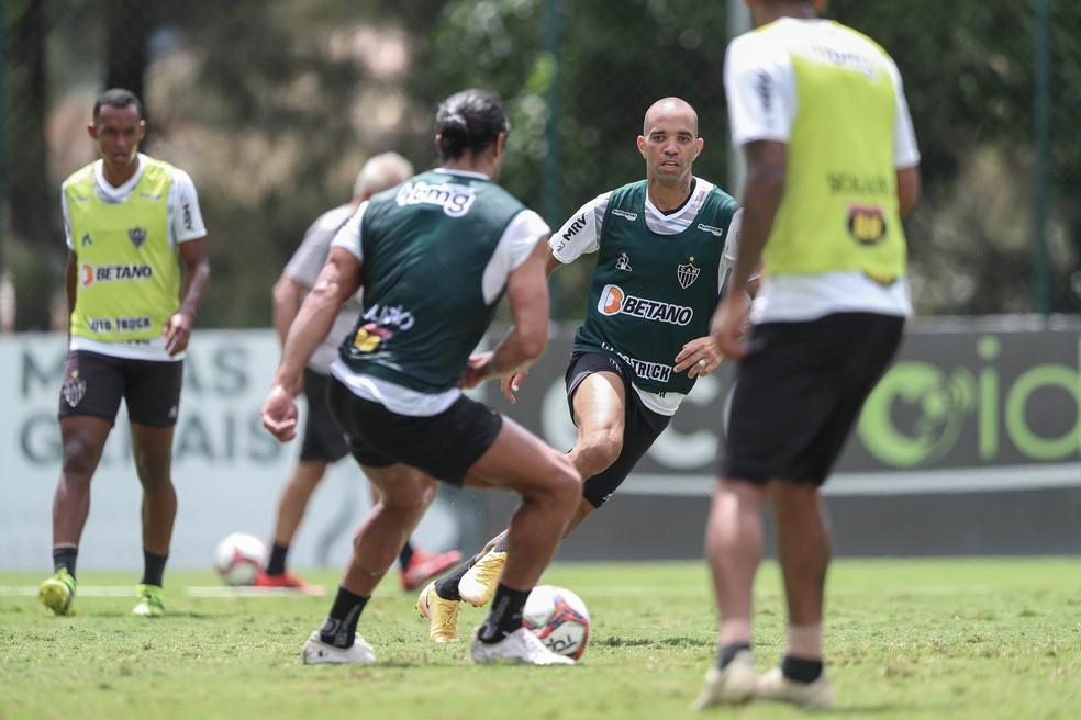 Hulk e Diego Tardelli atuaram juntos no time de colete durante treinamento — Foto: Pedro Souza