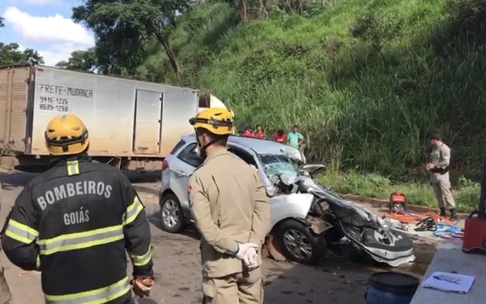 Acidente entre carro e caminhão na GO-222, em Anápolis — Foto: Lys Mendes/ TV Anhanguera