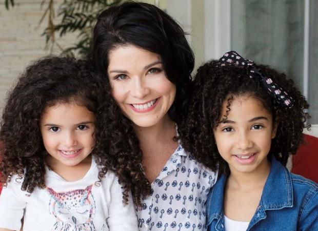 Samara Felippo com as filhas Lara e Alícia (Foto: Reprodução/Instagram)