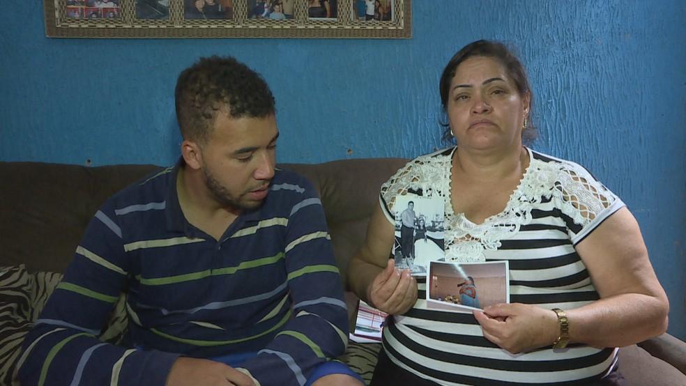 A mãe da vítima, Edna Jussara Macedo, com o viúvo, Rogério da Silva, segurando fotos de infância de Patrícia Elen — Foto: TV Globo/Reprodução