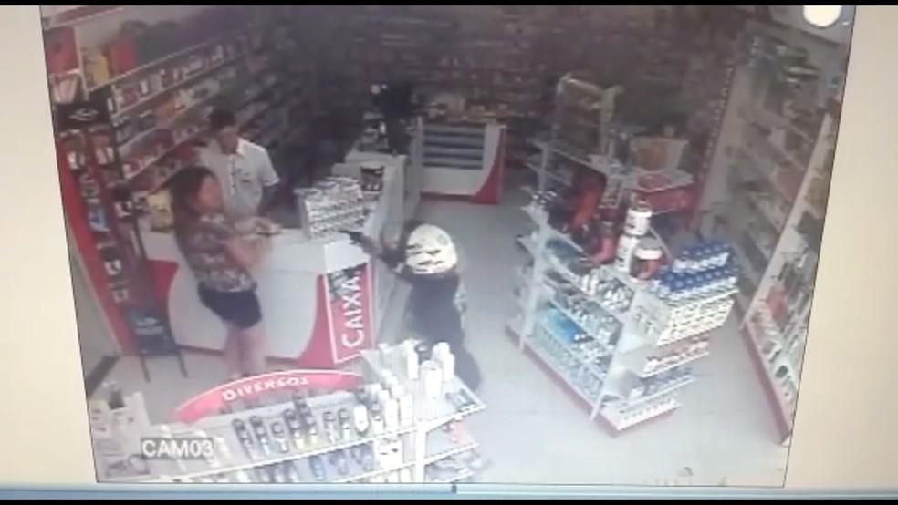 Câmera de segurança flagrou crime em farmácia de Votuporanga (Foto: Reprodução/TV TEM)