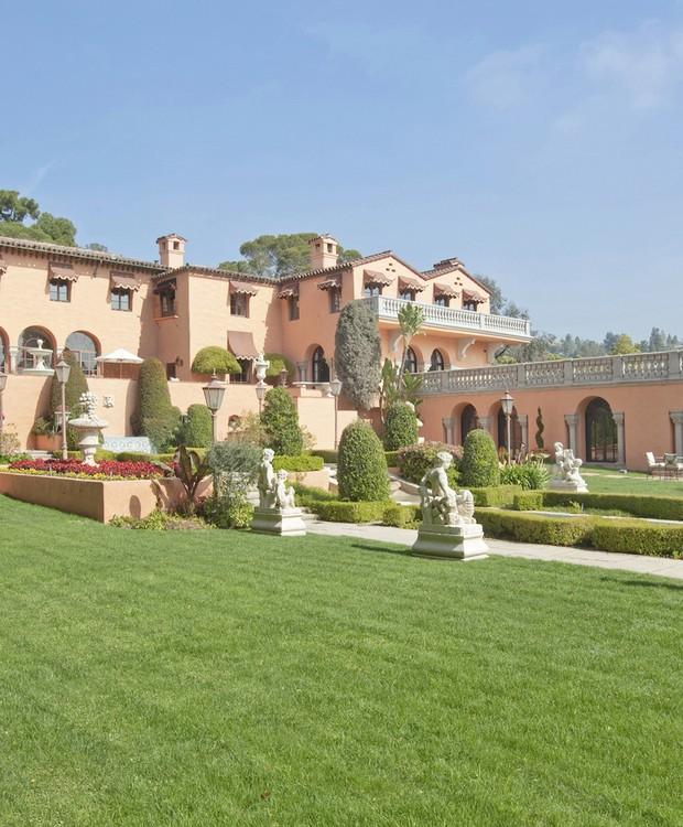 Gramados perfeitamente aparados cercam o jardim ao lado da piscina (Foto: Top Ten Real Estate Deals/ Reprodução)