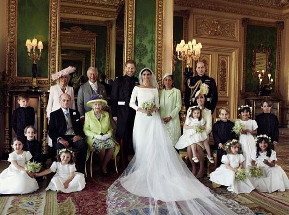 Foto oficial da Família Real britânica com a mãe de Meghan e damas e pajens (Foto: Reprodução / Instagram)